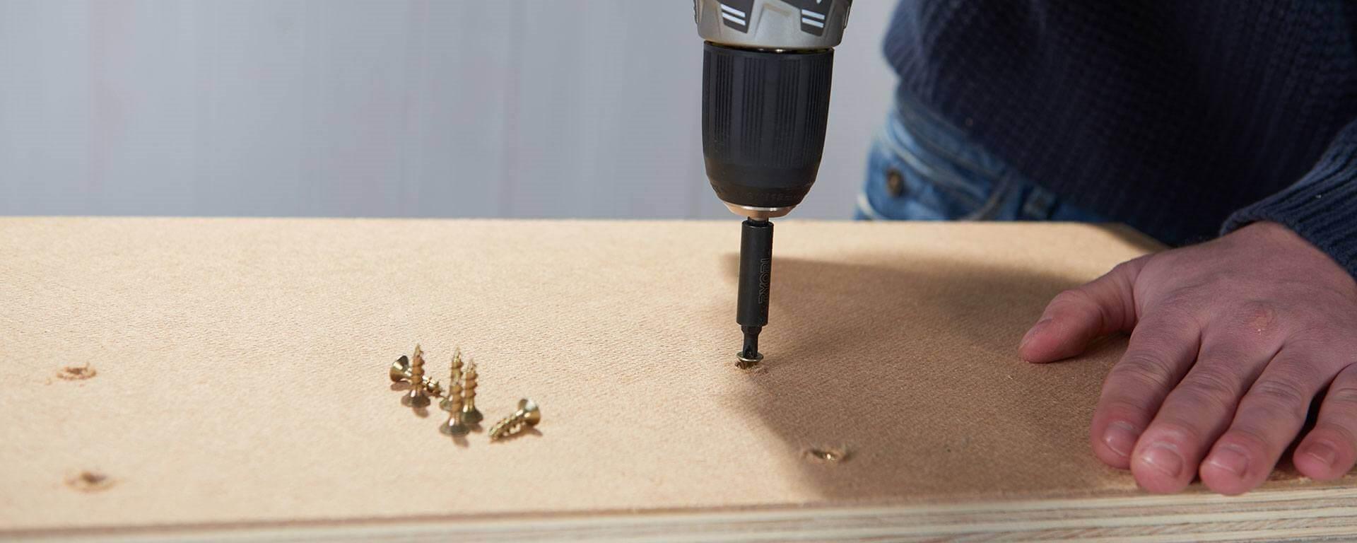 fabriquer un guide de coupe pour sa scie circulaire r aliser des coupes droites. Black Bedroom Furniture Sets. Home Design Ideas